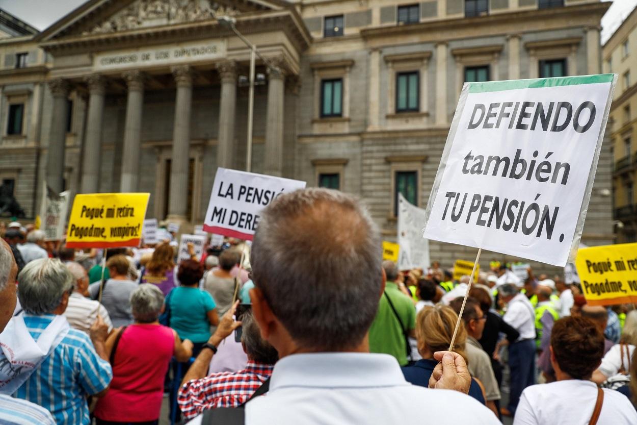 Concentración de pensionistas frente a las puertas del Congreso de los Diputados. EFE/Emilio Naranjo