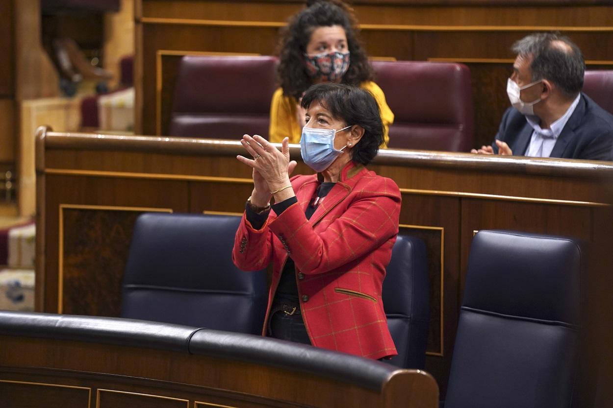 La ministra de Educación, Isabel Celaá, aplaude durante el debate del proyecto de Ley Orgánica por el que se modifica la Ley de Educación, la LOMLOE. E.P.