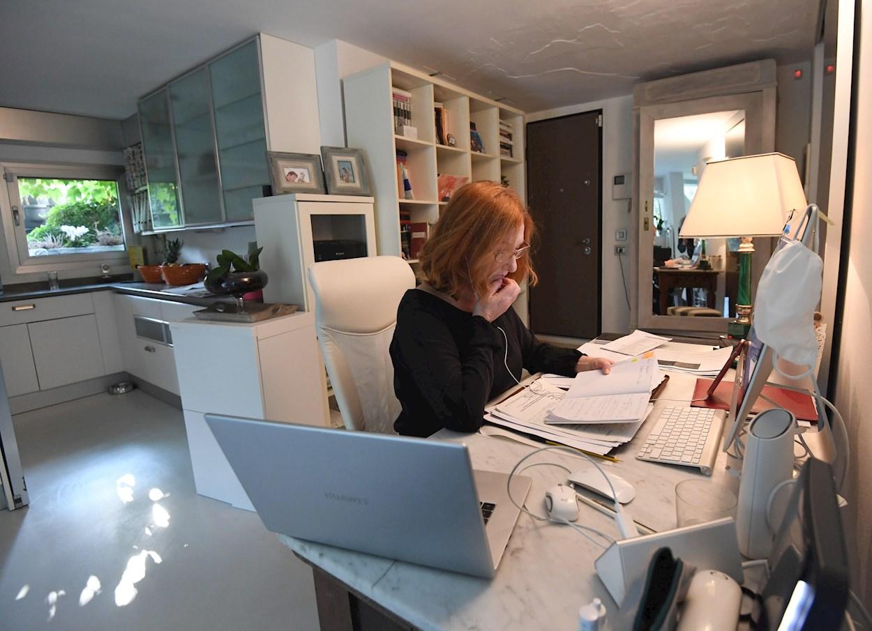 Una mujer trabajando desde su casa. EFE/EPA/DANIEL DAL ZENNARO