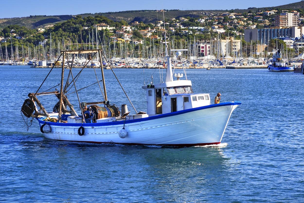 Barco pesquero en el puerto de Denia. Shutterstock / MIGUEL G. SAAVEDRA