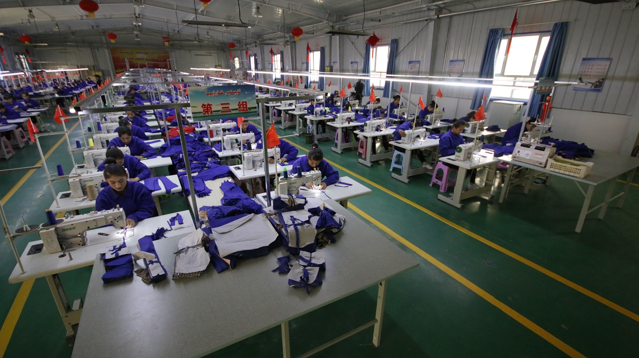 Mujeres uigures en una fábrica textil en la provincia china de Xinjiang. Shutterstock / Azamat Imanaliev