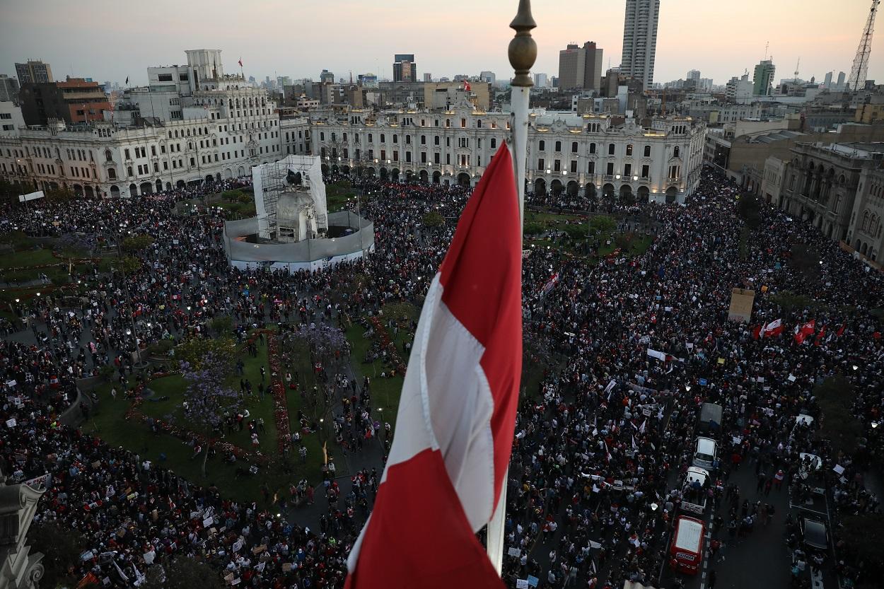 Manifestantes contra la destitución del presidente Martín Vizcarra se reúnen en la Plaza San Martín en Lima, Perú. Shutterstock / mbzfotos
