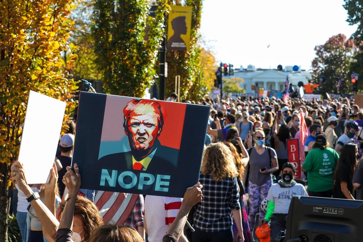 Manifestación en la Plaza Black Lives Matter cerca de la Casa Blanca para celebrar el triunfo de Joe Biden como presidente electo. Washington, DC. 7 de noviembre de 2020. Shutterstock / Nicole Glass Photography