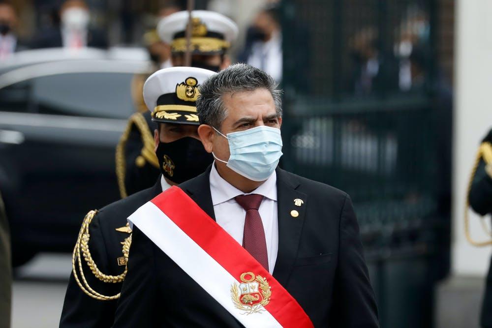 El ahora presidente dimisionario de Perú, Manuel Merino, saliendo fuera del edificio del Congreso tras jurar como presidente de Perú, en sustitución de Martín Vizcarra, el 10 de noviembre de 2020. Shutterstock / mbzfotos