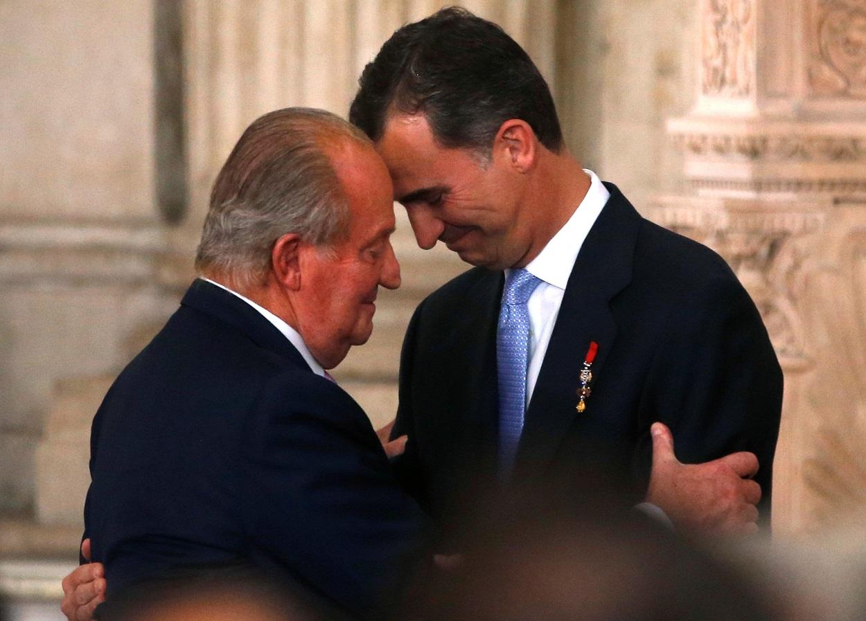 Juan Carlos I y Felipe VI, en la ceremonia de abdicación, en el Palacio Real de Madrid, el 18 de junio de 2014. REUTERS