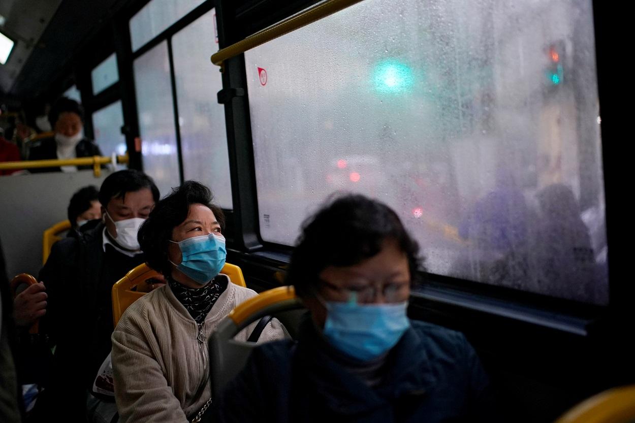 Varias personas con mascarilla en un autobús en Shanghai. REUTERS/Aly Song