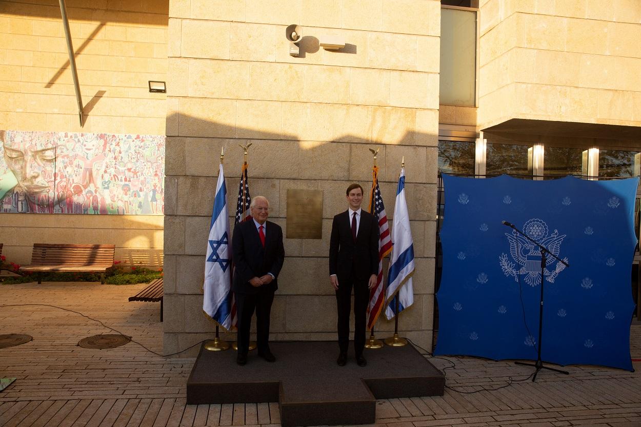 El embajador de EEUU en Israel, David Friedman (i) y el asesor principal de la Casa Blanca y yerno de Donald Trump, Jared Kushner (d), posan junto a la placa que señala ese rincón de la embajada estadounidese como el Patio Kushner. REUTERS/Maya Alleruzzo/Pool