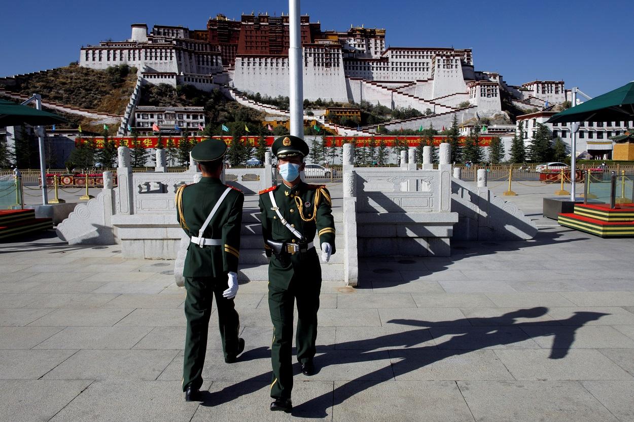 Policías paramilitares durante un cambio de guardia frente al Palacio de Potala en Lhasa, en la Región Autónoma del Tíbet (China). REUTERS / Thomas Peter