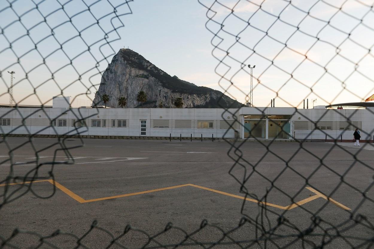 Vista del Peñón de Gibraltar, a través del hueco en una verja. REUTERS/Jon Nazca