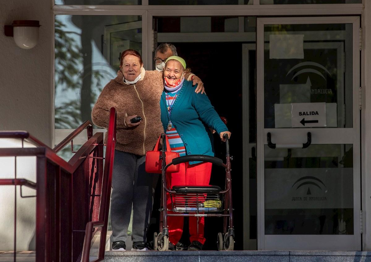 Residentes de un centro para personas mayores de Sevilla, esperando en la puerta la llegada de las dosis asignadas de la vacuna contra el coronavirus. EFE/Julio Muñoz