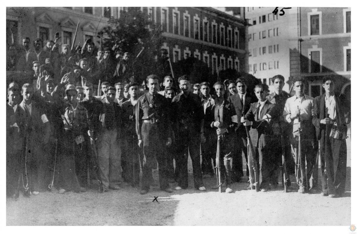 Onésimo Redondo con Falangistas y Requetés en el patio de la Academia de Caballería de Valladolid, el día 19 de Julio de 1936, tras ser armados por los militares.
