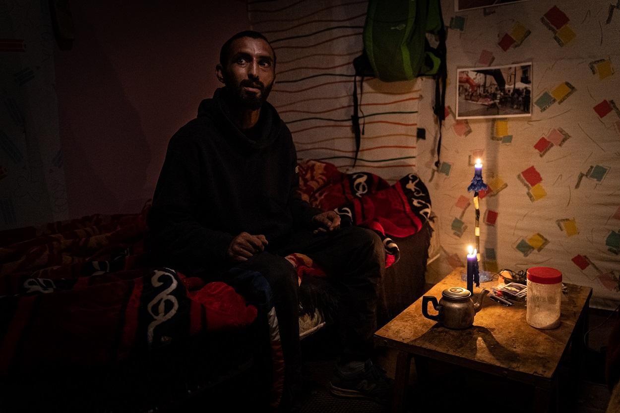 Mohamed, uno de los migrantes agricultores en Almería, en su chabola. FOTO: Ignacio Marín