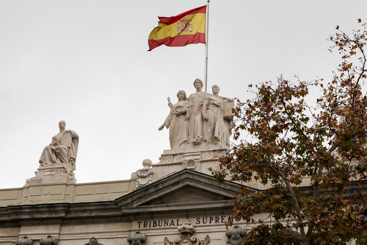 La bandera española en lo alto del edificio del Tribunal Supremo, en Madrid. E.P:/Jesús Hellín
