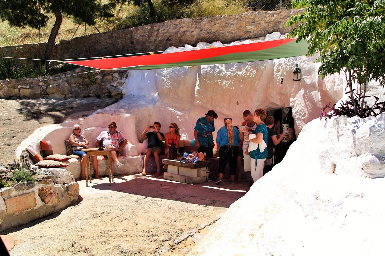 Cueva - bar de la localidad alicantina de Rojales, el 67 % de cuyos habitantes son extranjeros, la mayoría británicos. Shutterstock / Sonia Bonet
