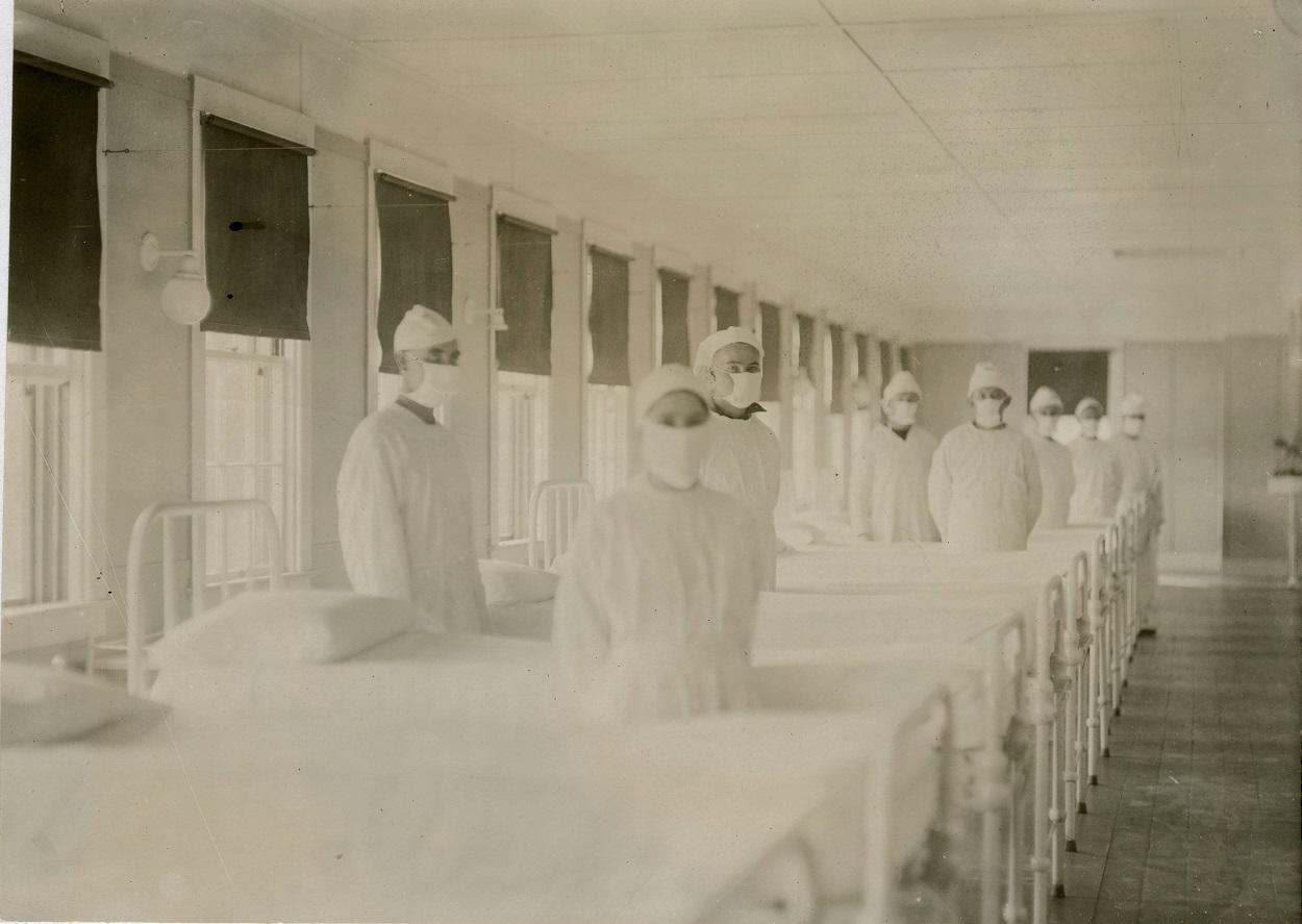 Sanitarios ataviados para atender a pacientes de gripe en el Hospital Naval de Mare Island, California, el 12 de octubre de 1918. Wikimedia Commons / Navy Medicine, CC BY-SA