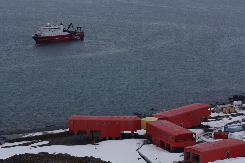ase Antártica Española Juan Carlos I y buque polar español Sarmiento de Gamboa. Andrés Barbosa, Author provided