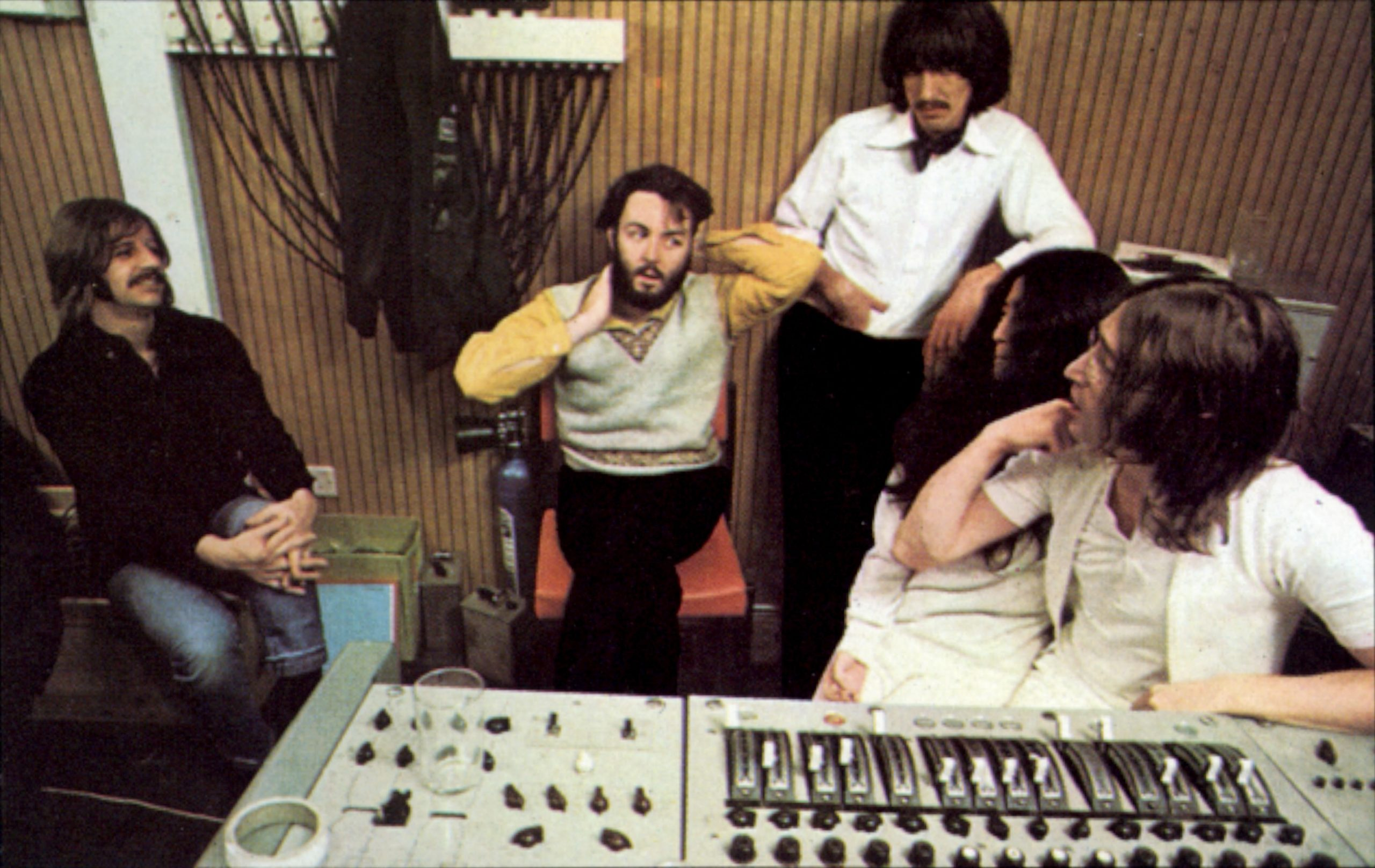 Los componentes de Los Beatles, con Yoko Ono en el estudio de grabación.
