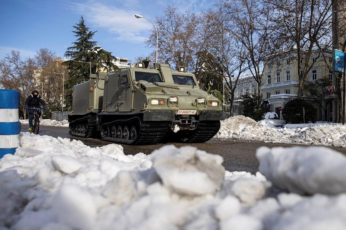 La UME ayuda con la retirada de la nieve en Madrid