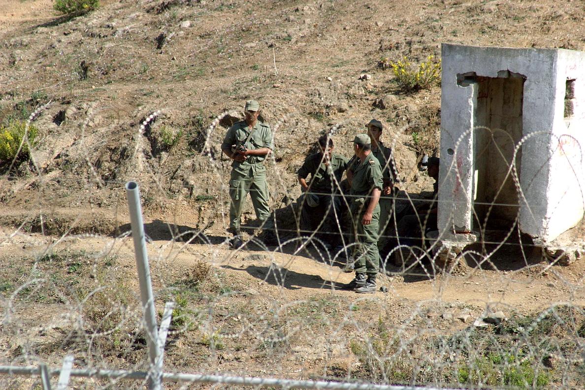 Un grupo de soldados marroquíes vigilando el perímetro fronterizo entre Ceuta y Marruecos. EFE