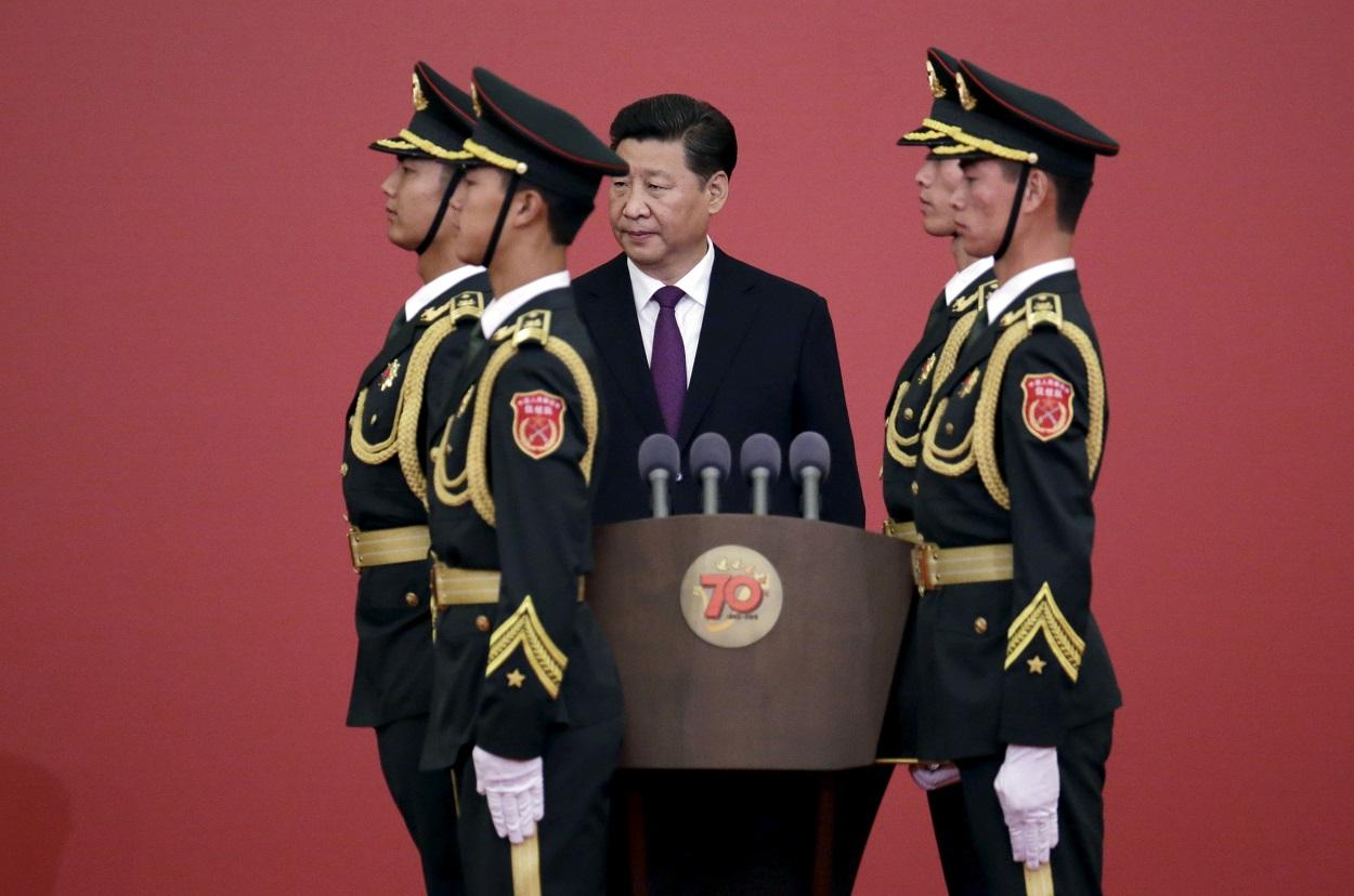 El presidente de China, Xi Jinping, junto a soldados de la guardia de honor en una ceremonia de entrega de medallas en el 70 aniversario de la Victoria de la Guerra de Resistencia del Pueblo Chino contra la Agresión Japonesa, en la Segunda Guerra Mundial, en el Gran Salón del Pueblo de Pekín. REUTERS / Jason Lee