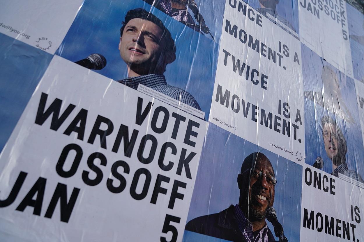 Carteles electorales de los candidatos del Partido Demócrata al Senado, Jon Ossoff y Raphael Warnock, en las elecciones en el estado de Georgia (EEUU). REUTERS/Elijah Nouvelage