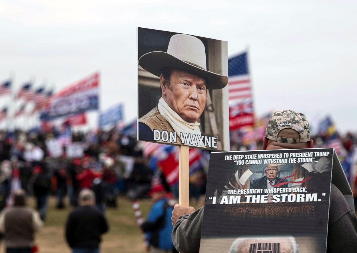 Un seguidor de Donald Trump, con un cartel con una foto del presidente estadounidense como si fuera John Wayne, cerca del Capitolio, en Washington. reuters/Hannah Gaber/USA TODAY
