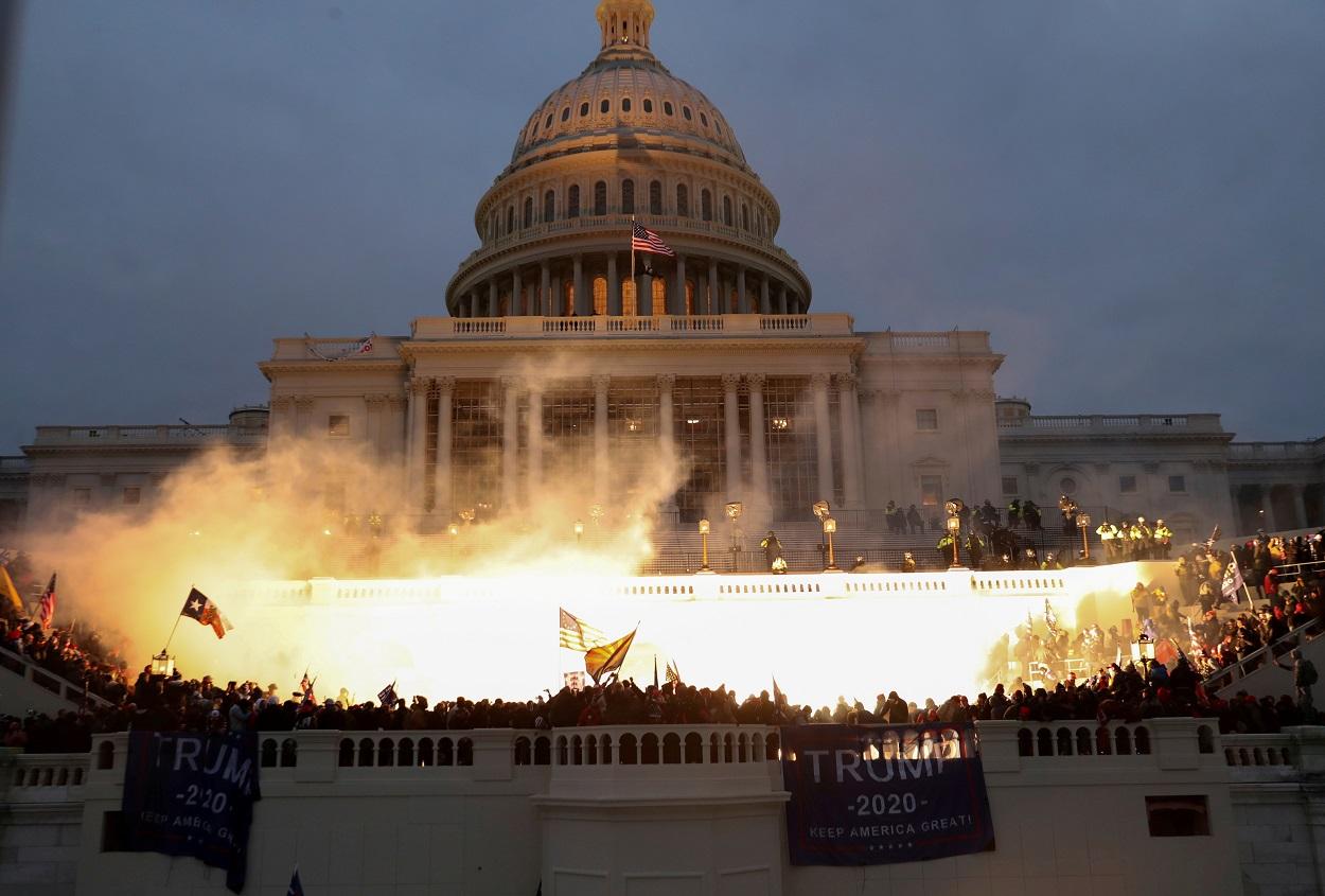 Los seguidores del presidente estadounidense Donald Trump, agolpados en las escalinatas de acceso al edificio del Capitolio, en Washington. REUTERS/Leah Millis