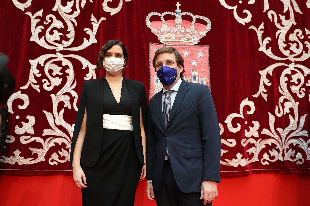 La presidenta de la Comunidad de Madrid, Isabel Díaz Ayuso, el alcalde de Madrid, José Luis Martínez- Almeida, durante el acto de homenaje a la Constitución, en la Real Casa de Correos, en Madrid. E.P.M.FERNÁNDEZ/POOL