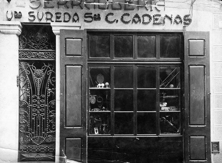 Fachada del establecimiento de orfebrería Viuda de Sureda / Señor C. Cadenas de Girona