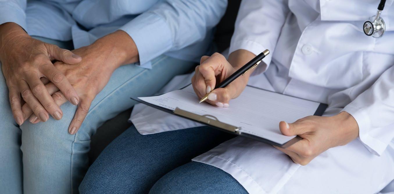 Imagen de manos de una doctora y un paciente mayor