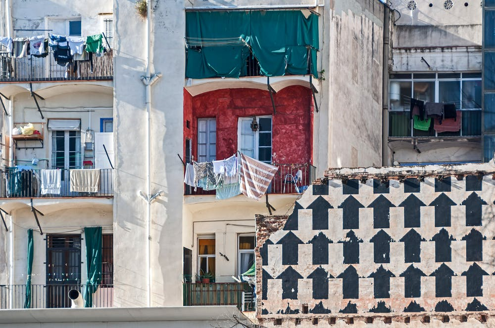 Balcones en el barrio del Raval, Barcelona. Ramon Ojeda / Shutterstock