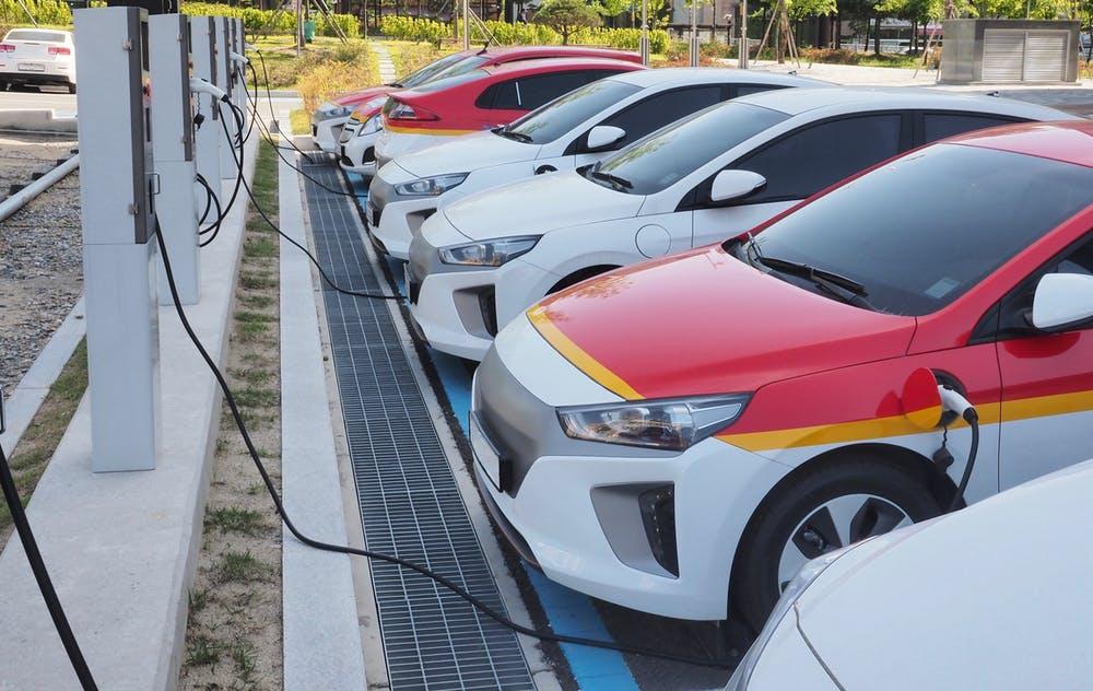 Estaciones de recarga de coches eléctricos. sungsu han / Shutterstock