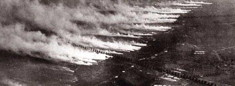 Aprovechando la dirección del viento, los alemanes abrieron unos 5 730 cilindros de cloro, unas 168 toneladas, hacia las filas aliadas durante la segunda batalla de Ypres, en abril de 1915