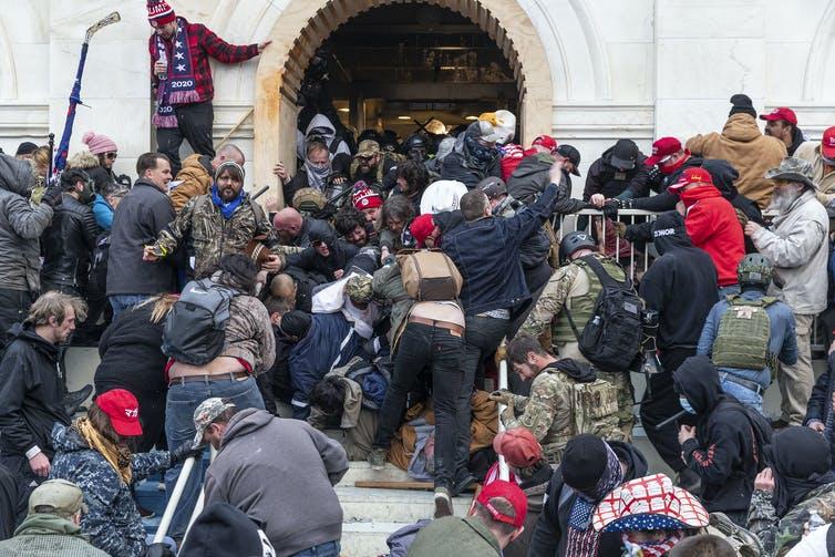 Los partidarios de Trump se abren paso hacia el Capitolio. Lev Radin/Pacific Press/LightRocket via Getty Images