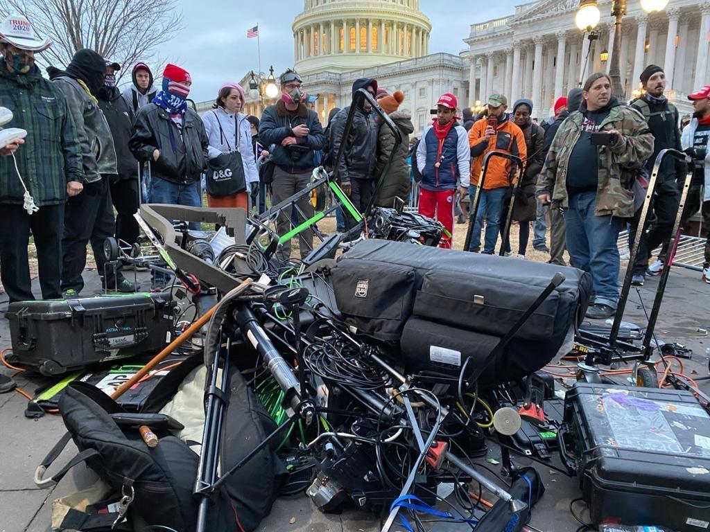 Equipos destrozados de medios de comunicación delante del Capitolio. Tayfun Coskun/Anadolu Agency via Getty Images