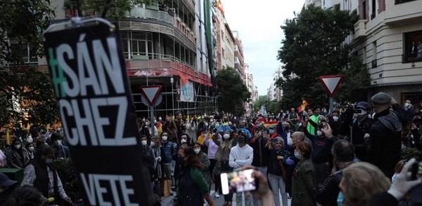 Vecinos del madrileño barrio de Salamanca participan en una protesta contra el Gobierno por su gestión en la crisis del coronavirus. Rodrigo Jiménez/ EFE
