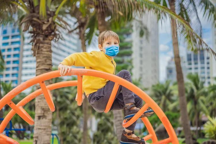 Niño juega en un parque