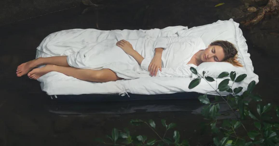 Una mujer descansa plácidamente