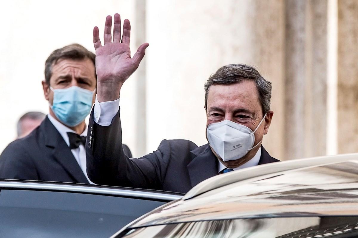 El expresidente del BCE Mario Draghi saluda tras su reunión con el presidente italiano, Sergio Mattarella, edn la que aceptó el encargo de formar Gobierno. EFE/ Angelo Carconi