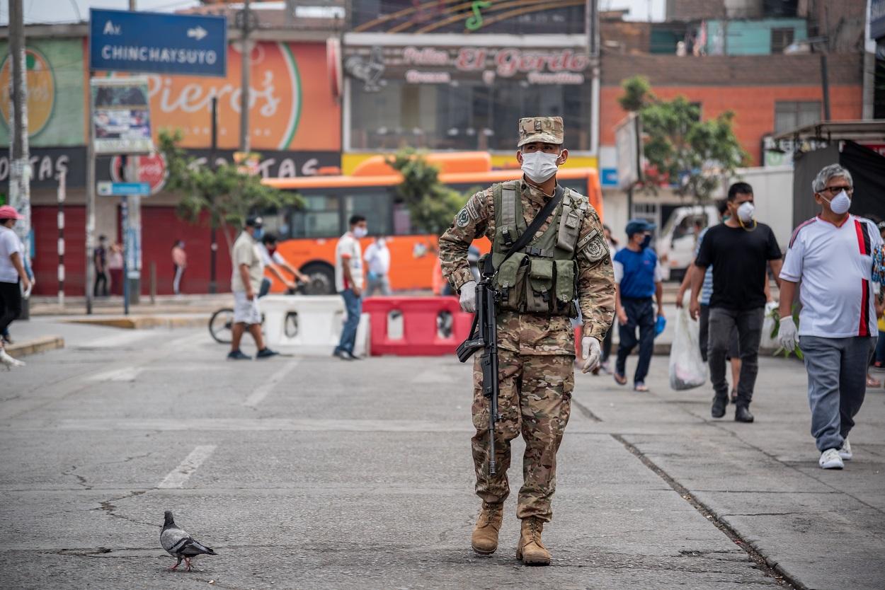 Un soldado vigila el cumplimiento de las restricciones por la pandemia en Lima, Perú, en abril de 2020. Shutterstock / Joel Salvador