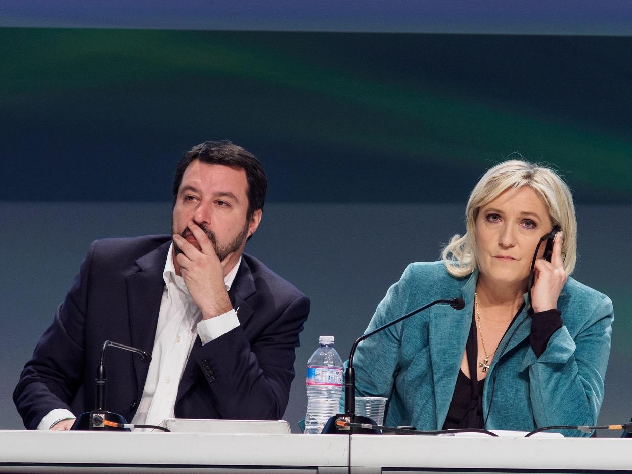 Mateo Salvini, secretario federal del partido ultraderechista italiano Lega, y Marine le Pen, presidenta del partido ultraderechista francés Rassemblement national, en una reunión del grupo Europa de las Naciones y de las Libertades en Milán en 2016. Shutterstock / Marco Aprile