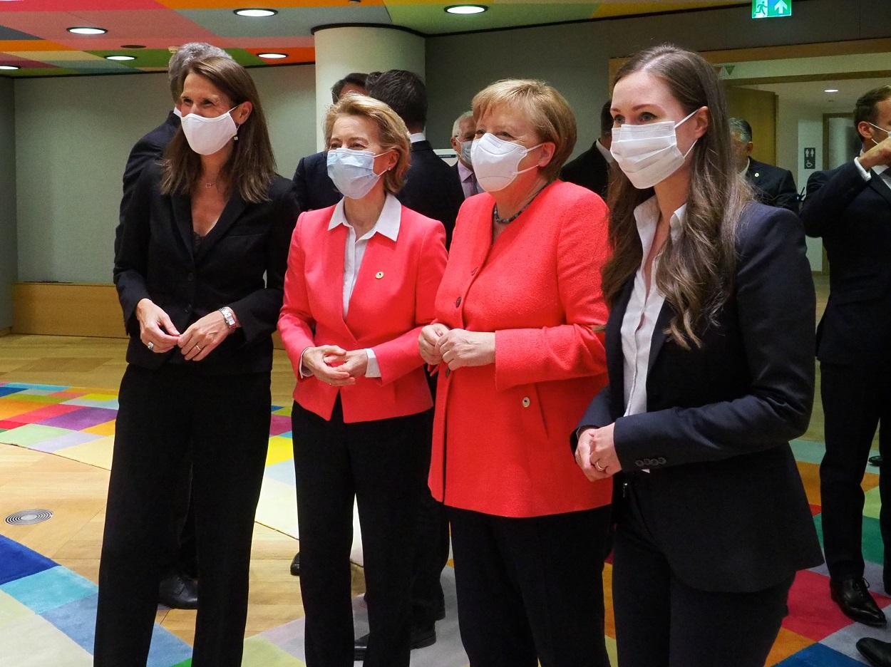 Sophie Wilmès, primera ministra de Bélgica; Ursula Von Der Leyen, presidenta de la Comisión Europea; Angela Merkel, canciller federal de Alemania y Sanna Marin, primera ministra de Finlandia (Bruselas, 17 de julio de 2020). European Union