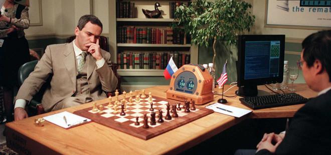 Las partidas se jugaron en 1996 y 1997 entre el superordenador de IBM Deep Blue, su equipo de programadores de IBM y expertos en ajedrez que dirigían y reprogramaban la máquina entre las partidas, por un lado, y el campeón mundial de ajedrez Garry Kasparov, por otro. kasparov.com