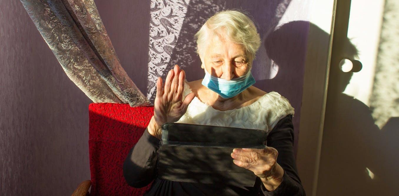 Una mujer usa una tablet para hacer videollamada
