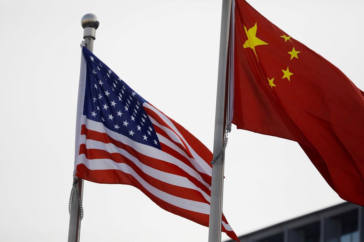 Las banderas de EEUU y de China en el exterior de la sede de una compañía americana en Pekín. REUTERS/Tingshu Wang