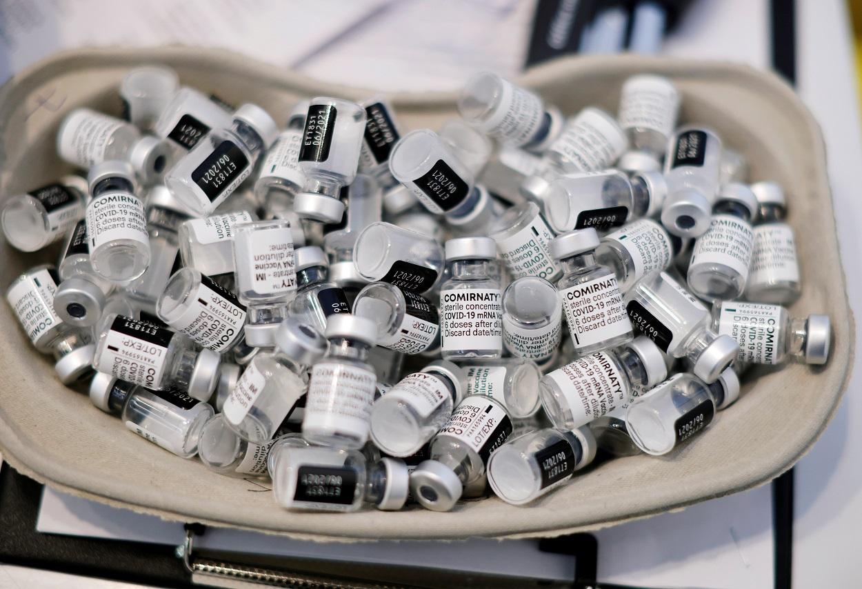 Viales vacíos de la vacuna de Pfizer-BioNTech contra la covid-19, en una bandeja en un centro de vacunación en Niza (Francia). REUTERS/Eric Gaillard
