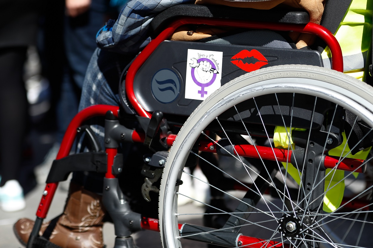 Una mujer en silla de ruedas durante una manifestación feminista en la Puerta del Sol con motivo del 8-M, en marzo de 2019. E.P./Óscar J.Barroso