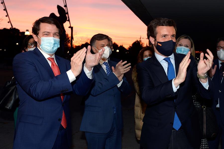 El presidente de la Junta de Castilla y León, Alfonso Fernández Mañueco (i), recibe la felicitación del presidente del PP, Pablo Casado (d), tras no prosperar la moción de censura por parte del PSOE contra su gobierno, hoy lunes en Valladolid. EFE/NACHO GALLEGO