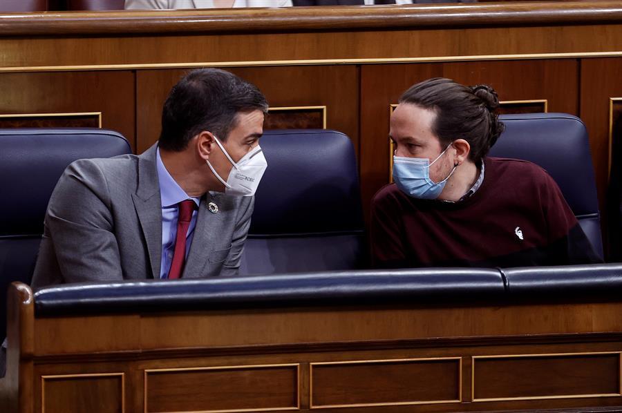 El presidente del Gobierno, Pedro Sánchez (i), conversa con el vicepresidente segundo del Gobierno y líder de Podemos, Pablo Iglesias, a su llegada al Congreso de los Diputados en la última sesión de control al Gobierno.- EFE