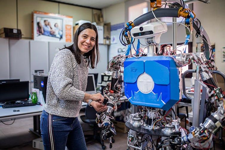 Figura 3. Concha Monje con el robot humanoide TEO de la Universidad Carlos III de Madrid. TELOS